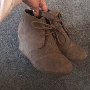 TOMS - Desert Wedge Suede Bootie (Taupe)